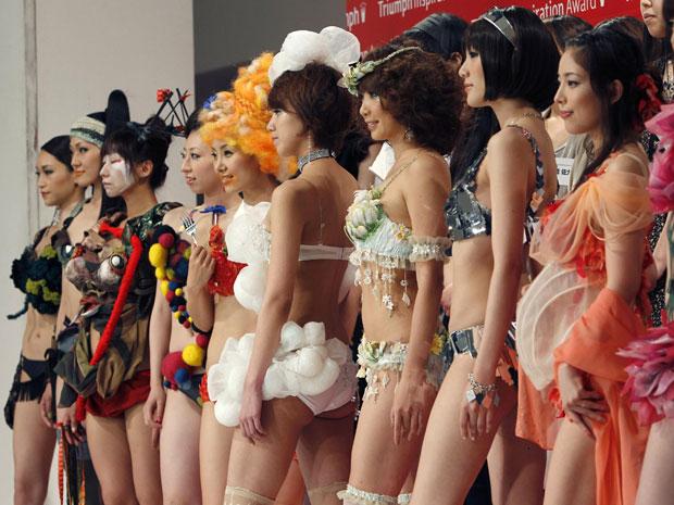 Modelos desfilam criações exóticas em Tóquio