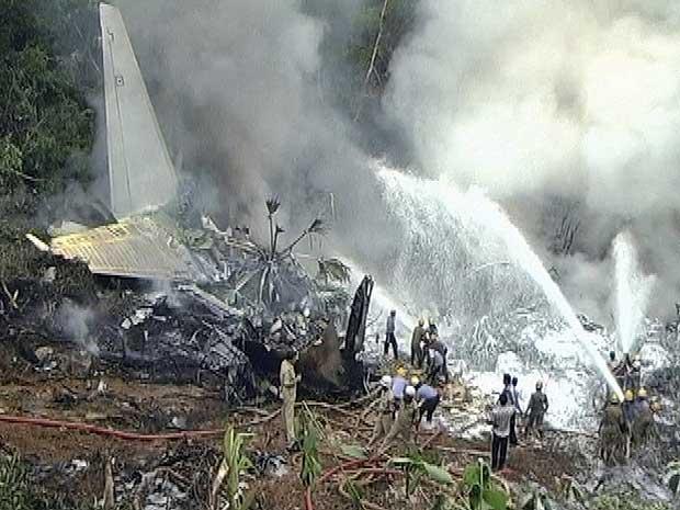 Imagens dos destroços do avião da Air India, que sofreu acidente no sul do país.
