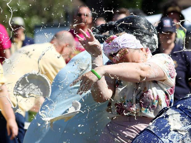 Britânicos participaram neste sábado de campeonato de arremesso de tortas em Coxheath, na Inglaterra.