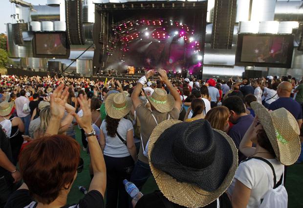 Público acompanha shows no segundo dia do Rock in Rio Lisboa