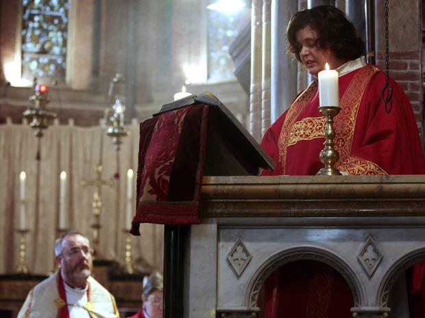 Maria Vittoria Longhitano lê o evangelho durante missa neste  sábado (22) em uma igreja em Roma, na Itália, onde se tornou a primeira  mulher a ser ordenada padre pela igreja vétero católica, uma dissidência  da igreja romana.