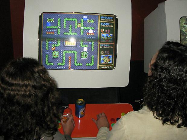 Na Casa da Matriz, a combinação Pac-Man e cerveja faz com que frequentadores não desgrudem do fliperama.