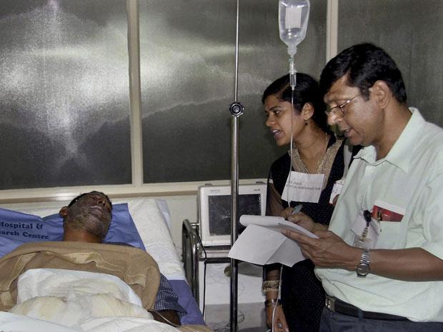 Umar Farooq sofreu queimaduras no rosto e foi levado para um hospital