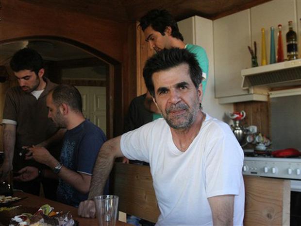O cineasta Jafar Panahi em casa, após a saída da prisão no Irã.