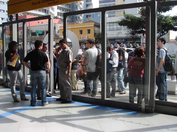 Dezenas de passageiros aguardavam na porta da Estação Paulista do Metrô de São Paulo