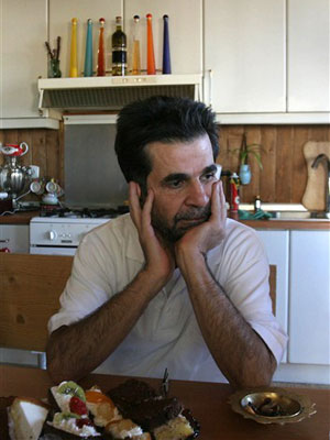 Jafar Panahi, em sua casa em Teerã, após se libertado da cadeia no Irã. Ele chegou a fazer uma greve de fome em protesto à sua detenção.