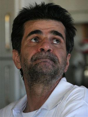 O cineasta Jafar Panahi em sua casa em Teerã após sua libertação nesta terça-feira (25).