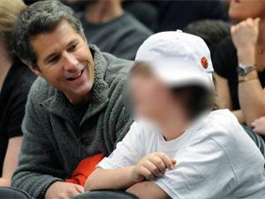 David Goldman e Sean assistem a jogo de basquete em Nova York (Foto: Bill Kostroun / AP)