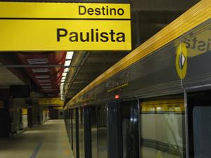 Trem da Linha Amarela parado na estação Faria Lima