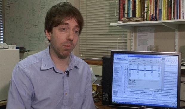 Mark Gasson, da Universidade de Reading, contaminou um chip de computador que foi implantado em sua mão.