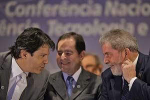 O presidente Lula conversa com o ministro Fernando Haddad (Educação) durante a Conferencia Nacional de Ciencia e Tecnologia, em Brasília