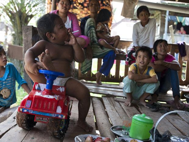 Aldi SugandaRizal, de 2 anos, é visto fumando cigarro enquanto brica com parentes em 23 de maio, em Sekayu, distrito de Sumatra, na Indonésia. Segundo relatos da família, ele é viciado em cigarro e fuma 40 por dia. Ele começou a fumar aos 18 meses, quando