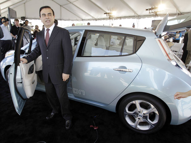 Carlos Ghosn, CEO do grupo renault-Nissan, posa ao lado do Leaf