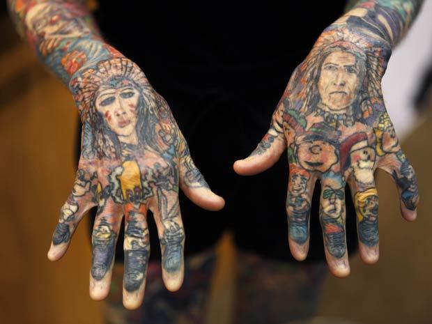 Detalhe das mãos da mulher mais tatuada do mundo.