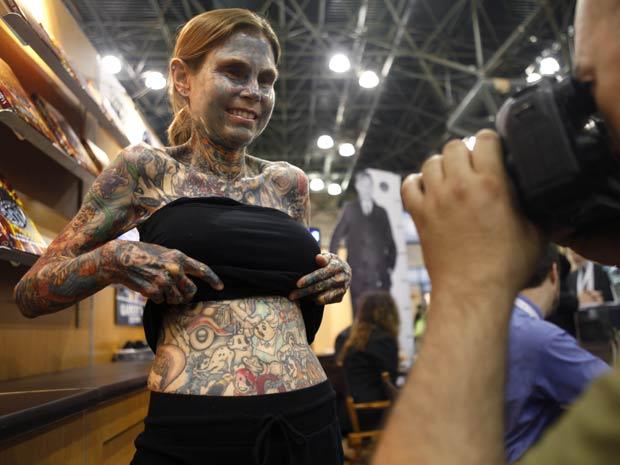Julia Gnuse entrou para o Guinness, livro dos recordes, como a mulher mais tatuada do mundo.