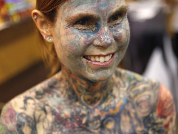 Nesta quarta-feira (26), Julia Gnuse mostrou algumas de suas tatuagens em Nova York (EUA).