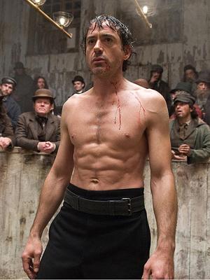 Robert Downey Jr. em cena de  'Sherlock Holmes', filme de Guy Ritchie