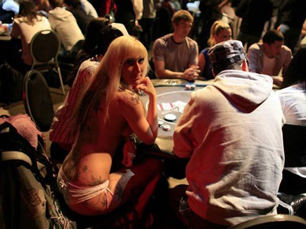 Mulher fica só de calcinha durante disputa de campeonato de strip pôquer.