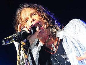 Na chuva, Aerosmith esquenta público de Porto Alegre com clássicos.