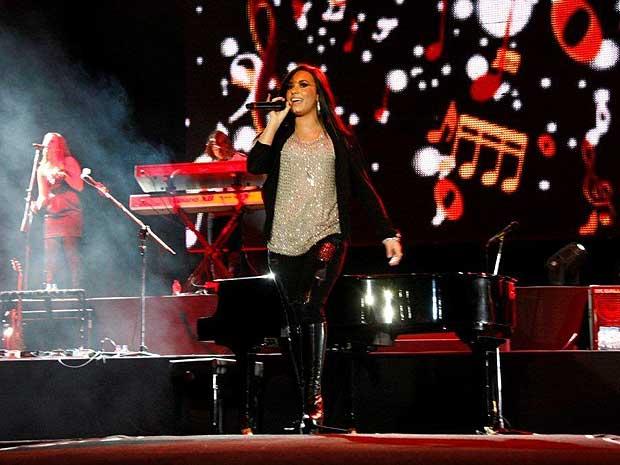 A atriz e cantora Demi Lovato, de apenas 17 anos, empolgou as mais de sete mil pessoas que foram à HSBC Arena, na Barra da Tijuca, Zona Oeste do Rio, na noite desta quarta-feira (27).