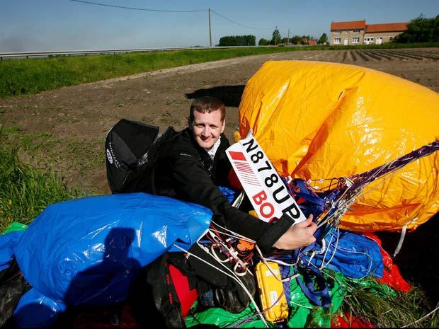 Jonathan Trappe exibe seu certificado de pouso na França
