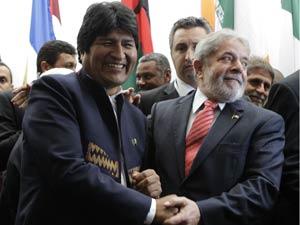 Ao lado de Evo, Lula citou José Serra na hora de posar para  foto