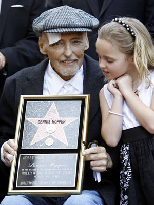 Dennis Hopper e sua filha Galen, durante cerimônia em Hollywood em março.