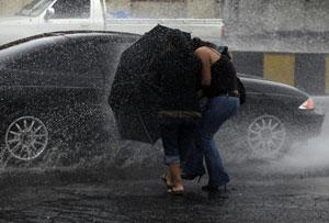 Pedestres na Guatemala enfrentam as chuvas provocadas pela  tempestade Agatha