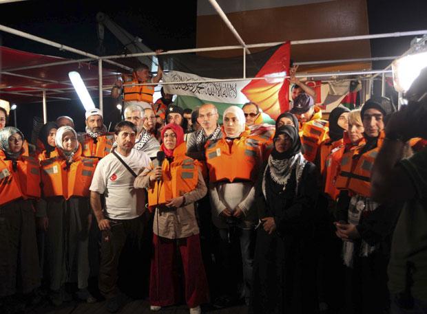Ativistas antes de partir com 10 mil toneladas de suprimentos  à Palestina.