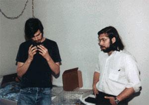 Jobs e Wozniak com uma Blue Box em 1975. Apple seria fundada um ano depois.
