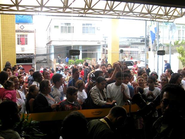 A multidão de fãs tomou conta da entrada da delegacia.