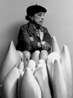 Louise Bourgeois e sua escultura 'Eye to eye', em foto de 1990