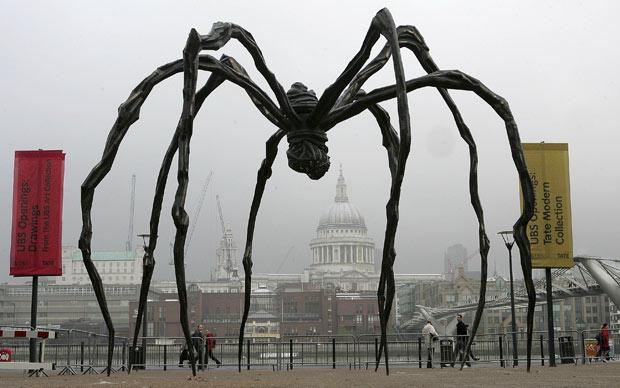 Escultura de aranha da arista Louise Bourgeois, instalada em frente a Tate Modern de Londres em 2007