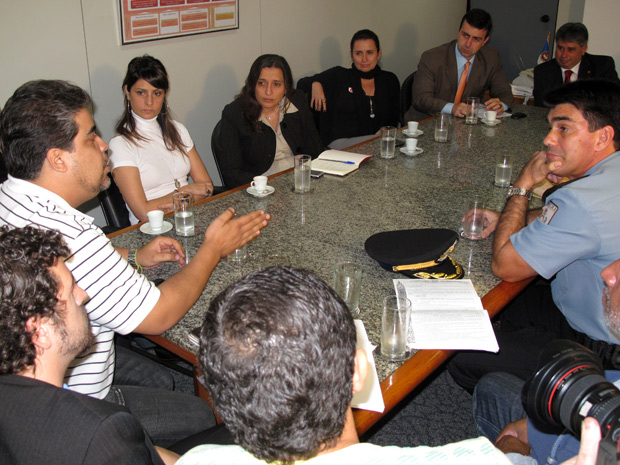 Na reunião, o MC Leonardo (à esquerda) pede o apoio da Polícia Militar ao coronel Róbson (à direita).