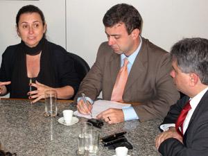 Ao lado de Marcelo Freixo (centro) e Cláudio Lopes (à direita), Adriana Rattes defende um baile funk piloto.