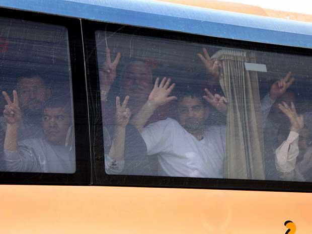 Israel começa a deportar ativistas detidos a bordo de navio turco que levaria ajuda humanitária à Faixa de Gaza.