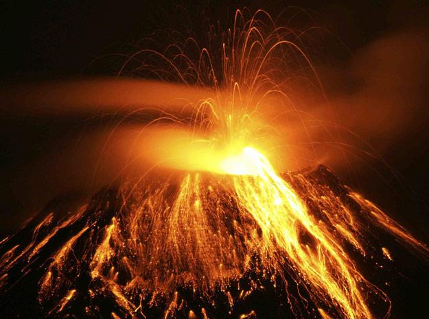 Vulcão Tungurahua solta cinzas e rochas durante erupção no  Equador.
