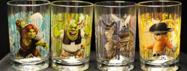 Copos para colecionadores do McDopnald's promovem o novo filme 'Shrek'.