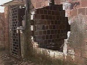 Vizinhos danificaram casa de suspeita