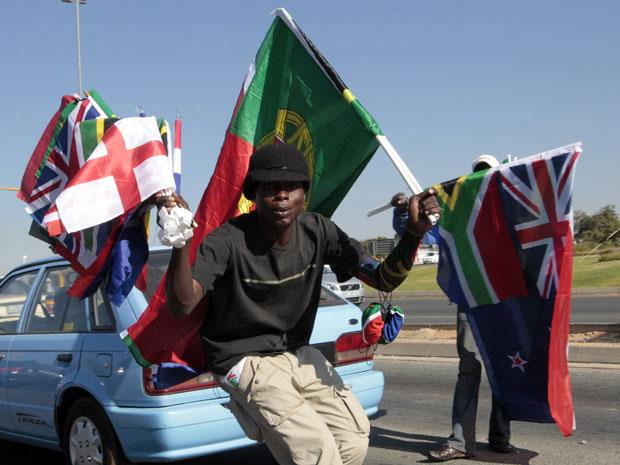 Sul-africano vende bandeiras dos países da Copa em Joanesburgo