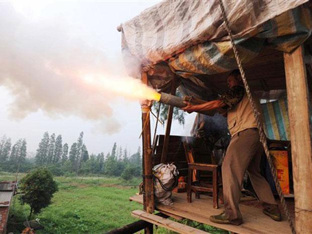 Yang Youde dispara seu canhão caseiro em demonstração