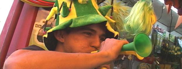 Vendedor toca vuvuzela na frente de loja na Rua 25 de Março