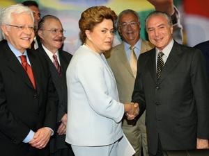 A pré-candidata do PT à Presidência da República, Dilma Rousseff, aperta a mão do presidente da Câmara, Michel Temer (PMDB-SP), no escritório da pré-campanha do partido no Hotel Imperial, em Brasília, nesta quarta (09)
