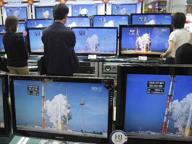 Sul-coreanos assistem ao lançamento do foguete Naro-1.