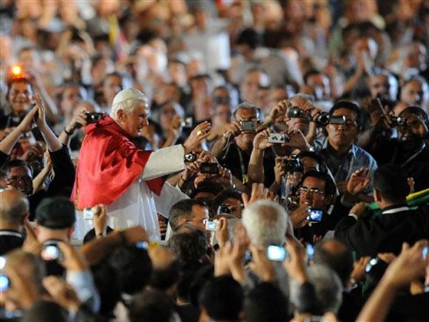 Bento XVI se despede de multidão na Praça de São Pedro em cerimônia de despedida do ano sacerdotal