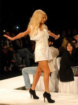 Rodopios de Paris Hilton arrancaram risos de fashionistas em desfile da Triton
