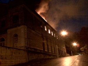 Prédio pegou fogo por volta das 17h30 da quinta (10)