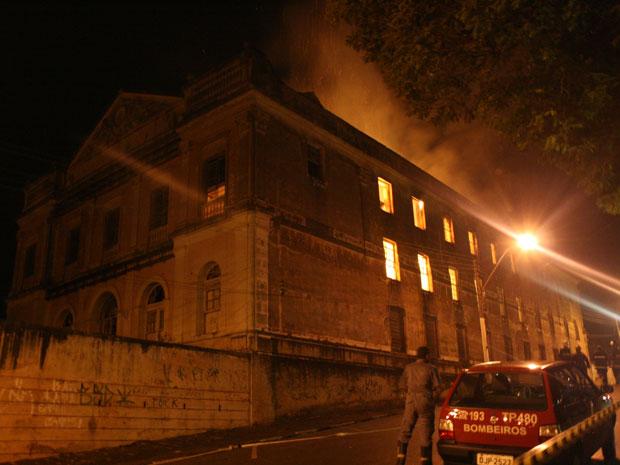 Fogo se alastrou por prédio de antigo colégio