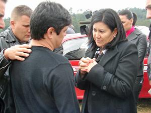 """Delegada Elisabete Sato, do DHPP, conversa com Márcio Nakashima, que fez um """"reconhecimento informal"""" do corpo da irmã Mércia"""