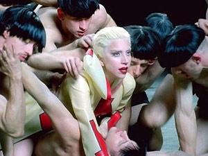 Lady Gaga em trecho do videoclipe 'Alejandro'